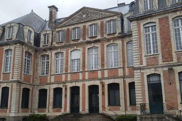La façade de la Banque de France d'Abbeville où se sont installés escape et laser game, en octobre 2021.