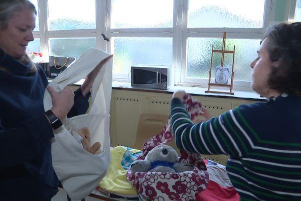 Des couturières cherbourgeoises ont fabriqué des pcohes et des sacs suspendus pour les animaux orphelins d'Australie
