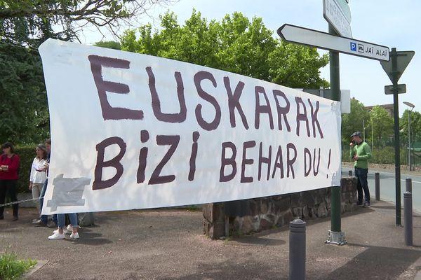 """""""La langue basque doit vivre !"""" écrit sur une banderole lors d'un rassemblement organisé ce mercredi à Saint-Jean-Pied-de-Port"""