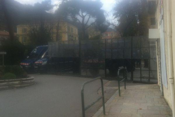 03/12/14 - Les accès à la sous-préfecture de Corte (Haute-Corse) totalement verrouillées par les gendarmes mobiles