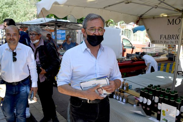24 Juin 2021, Les Arcs (Var) : Thierry Mariani, candidat RN aux régionales en PACA, distribue des tracts sur un marché en compagnie de David Rachline, maire (RN) de Fréjus.