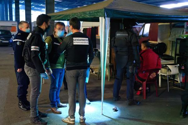 Un homme interrogé par les enquêteurs lors de l'intervention des gendarmes dans un squat de Bordeaux