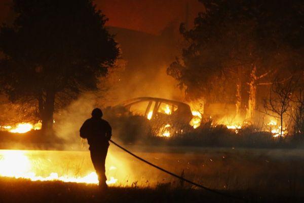Un pompier lors de l'incendie de Biguglia (Haute-Corse), le 24 juillet 2017