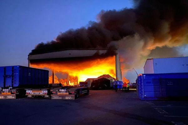 Un impressionnant incendie s'est déclaré dans la bâtiment de l'entreprise Schroll à Colmar.