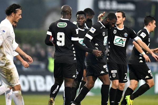 En noir, les joueurs d'Angers célébrant leur but. En blanc, les joueurs de l'US Granville.