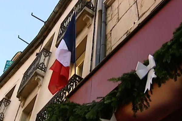 Vendredi 27 novembre, quelques façades montraient un drapeau tricolore dès le matin