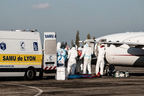 Au total, huit patients d'Auvergne-Rhône-Alpes sont transférés dans des hôpitaux parisiens. Ici, un transfert effectué de l'aéroport de Lyon-Bron ce lundi.