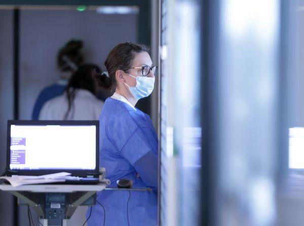 Au CHRU de Nancy, dans le service Anesthésie-réanimation. Une infirmière attend avant de rentrer dans la chambre d'un malade atteint du Covid-19.