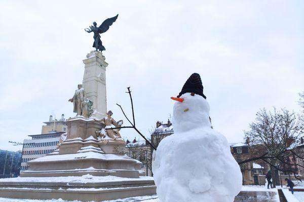 Quatre bonhommes de neige sont apparus ce matin du 17 janvier sur la fontaine de la place de la République, à Dijon.