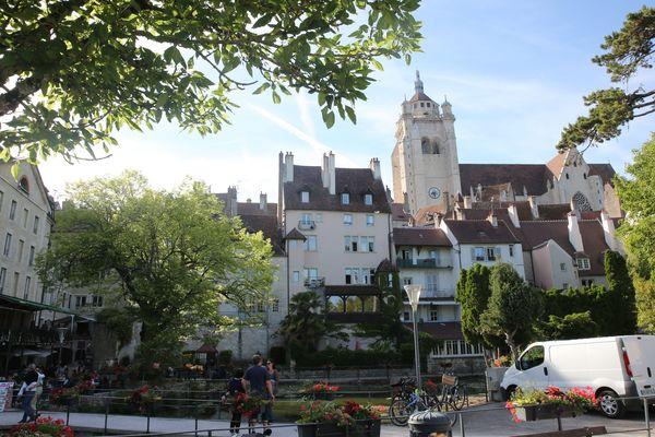La ville de Dole, dans le Jura,  compte 23 708 habitants (statistiques INSEE 2017). Les élections municipales depuis 1977 ont été marquées par plusieurs alternances gauche-droite.