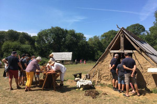 Les visiteurs peuvent découvrir le quotidien d'un village rural du XIVe siècle, reconstitué par des bénévoles passionnés.