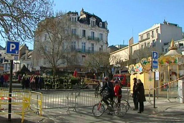 Un périmètre de sécurité a été établi place Cujas (Bourges), le temps de sécuriser l'immeuble incendié.