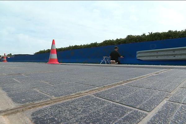 Les graffeurs sont à l'oeuvre sur le parapet qui borde la route faite de panneaux solaires à Tourouvre (61).