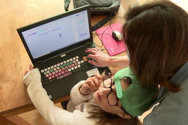 """Session devoirs pour Cléo. Ses parents Stéphanie et Olivier ont lancé un site internet """"We are atypic"""" pour parler de leurs expériences liées à l'autisme de leur fille mais ont aussi envie de faire connaître tous les autres troubles invisibles."""
