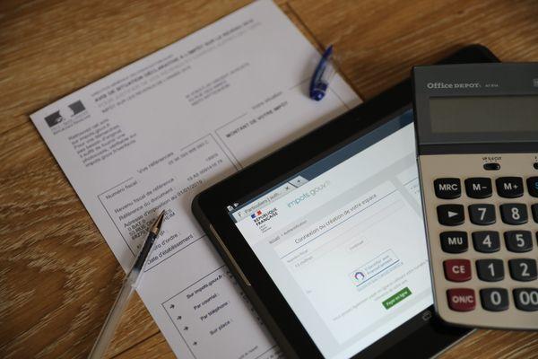 Sortez vos calculettes ! L'heure est venue de remplir votre déclaration d'impôt sur les revenus de 2020. Vous pouvez le faire sur papier, ou en ligne. Cette année, quelques spécificités sont à noter compte-tenu de la crise Covid et des mesures de confinement.