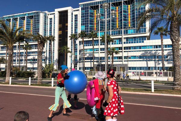 Des clowns du Collectif des Artistes de Nice -CAN venus égayer la matinée des patients de Lenval sur la Promenade des Anglais.