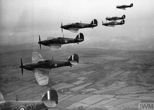 Des Hurricane du 245 Squadron en patrouille près d'Aldergrove en Irlande du Nord, en novembre 1940.