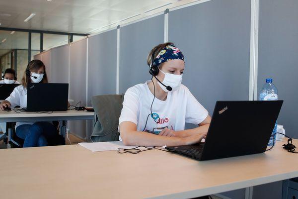 Les opérateurs travaillent dans un centre d'appels dédié au traçage de Covid-19 dans les bureaux de N Allo à Bruxelles le 20 mai 2020.