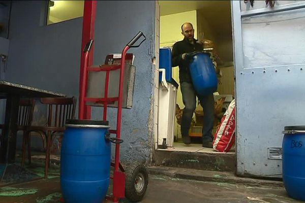 Trois fois par semaine, les collecteurs d'oléo-déclic se rendent chez les restaurateurs pour apporter les fûts vides et reprendre ceux qui sont plein.