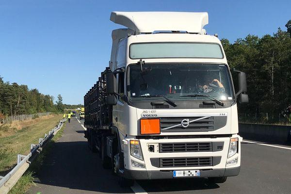 Le camion transportant environ 500 bouteilles de gaz a perdu une partie de sa cargaison sur l'A85, près de Tours.