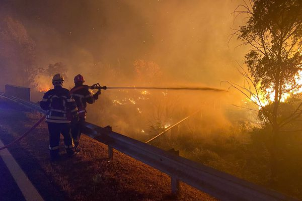 900 pompiers luttent jour et nuit contre les flammes, avec des conditions météo particulièrement compliquées. Six d'entre eux ont été blessés