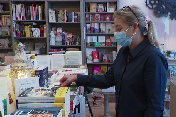 Florence Kammermann, gérante d'une librairie à Cannes (qui reste ouverte malgré l'interdiction), symbole de la fronde des petits commerçants.