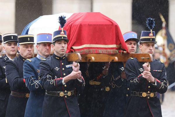 Le cercueil du colonel Arnaud Beltrame mort le 23 mars pendant les attaques de Trèbes et Carcassonne dans l'Aude lors de son hommage national à l'hôtel des Invalides le 28 mars à Paris.
