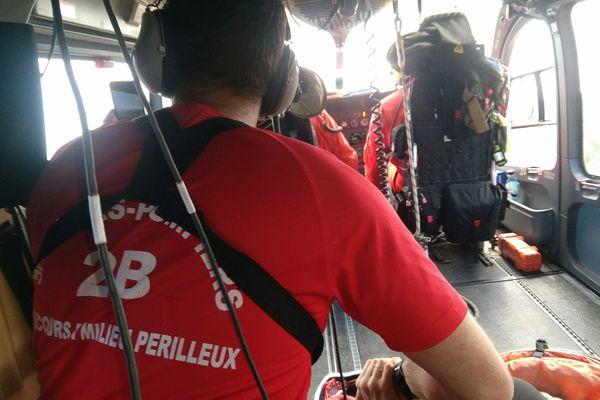 Les secouristes du GRIMP, mobilisés pour lui porter secours, réconfortent la sexagénaire à bord de l'hélicoptère.