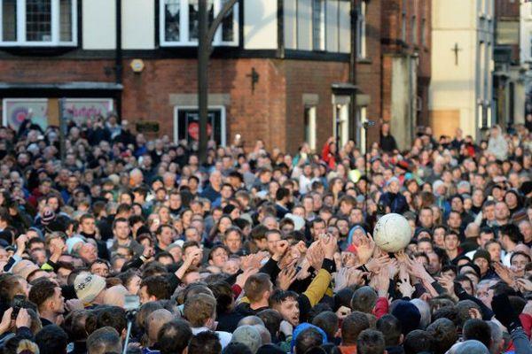 Toute la ville d'Ashbourne - ou presque - participe à ce match complètement fou.