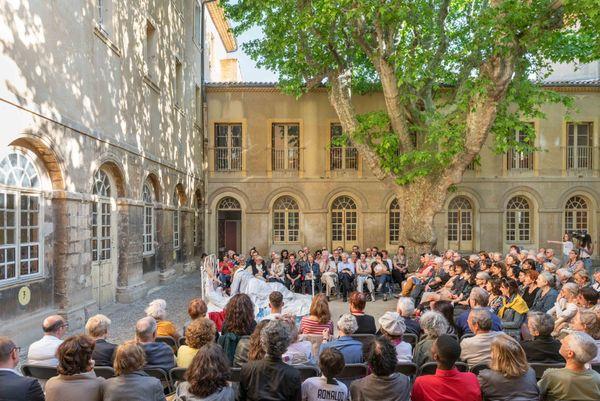 5 scènes de théâtre ont eu lieu dans la cour du Collège Sainte Catherine de Sienne les 19 et 20 septembre, sans spectateurs. Elles sont disponibles sur la chaîne Youtube de l'Atelier de la langue française.