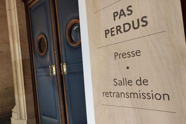 """La salle de retransmission dédiée à la presse, située en face de la salle """"grand procès""""."""