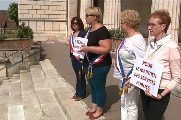 Les élus locaux protestent contre la fermeture annoncée de la trésorerie de Gy, en Haute-Saône.
