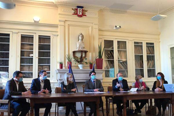 Autour du maire de Charly, Olivier Araujo, des élus du sud ouest lyonnais, réclament un prolongement du métro B.