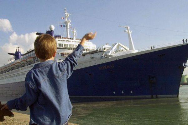 Un enfant salue le paquebot France au Havre