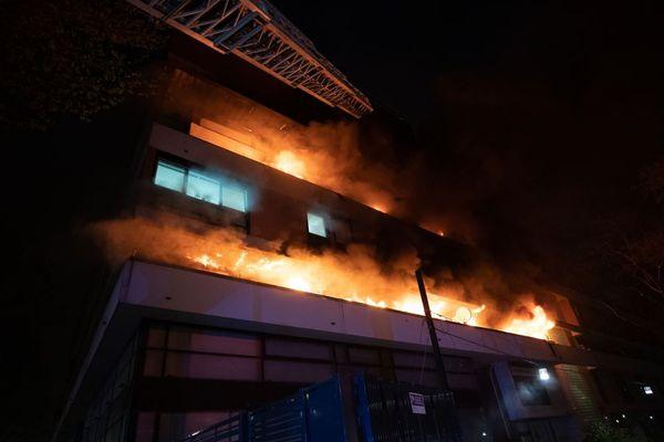 Boulevard Mcdonald à Paris, le feu s'est déclaré un peu avant 21 heures samedi soir.
