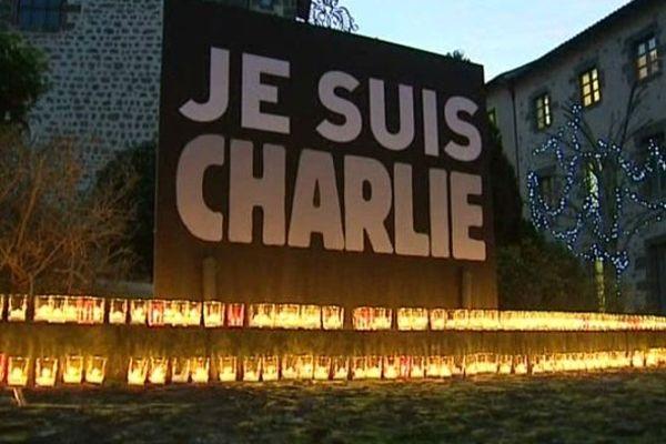 Des dizaines de bougies ont été déposées vendredi soir dans la cour de l'hôtel du département de Haute-Loire, au Puy-en-Velay.