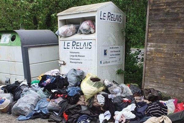 En Alsace, les conteneurs de tri ne peuvent plus être vidés et débordent de vêtements avec le confinement.