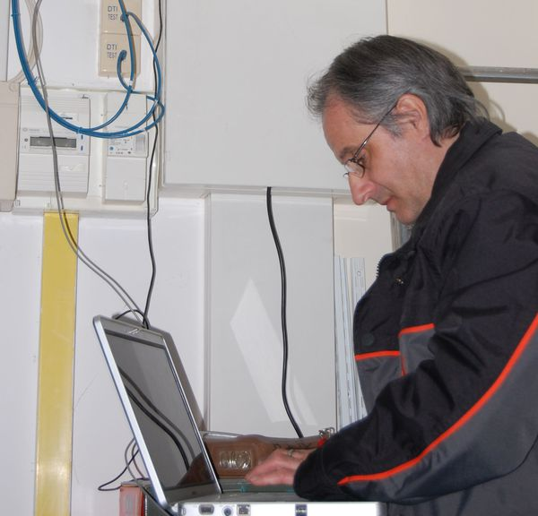 Yonnel Dervin à l'époque où il travaillait sur les installations et dépannages en entreprise
