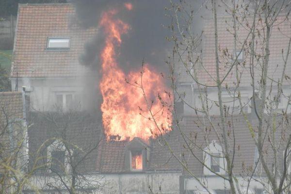 Les flammes ont ravagé la toiture de la maison