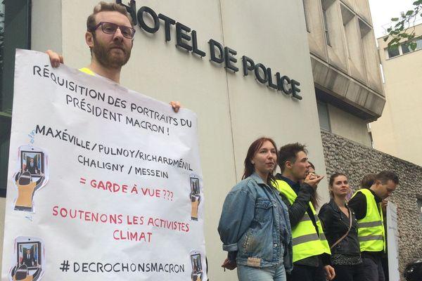 Les militants d'ANV-COP21 manifestent devant le commissariat de Nancy alors que 6 membres de l'association sont auditionés.