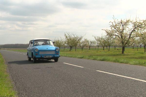 Dans la campagne touloise, la Trabant se fond dans le paysage.
