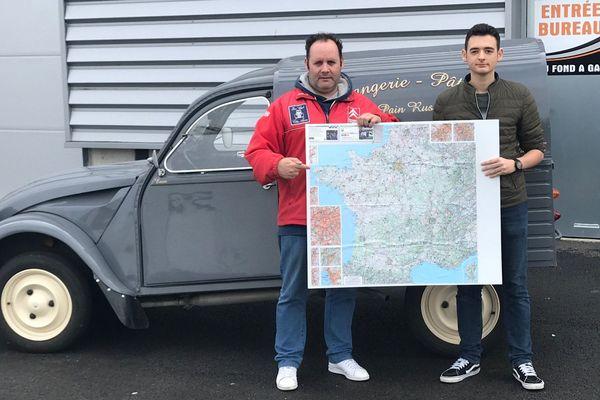 À Fontaine-lès-Vervins dans l'Aisne, Frédéric, Enzo et la fameuse 2CV avant leur grand départ pour le sud de la France