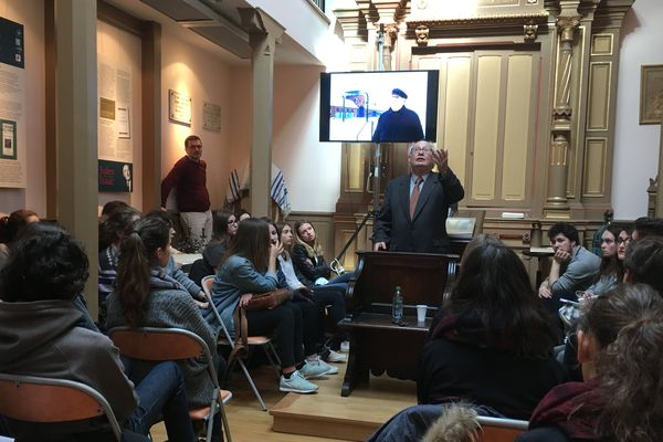 Serge Klarsfeld devant des lycéens et étudiants à la synagogue de Clermont-Ferrand. Il leur a raconté son engagement et a répondu à leurs questions.