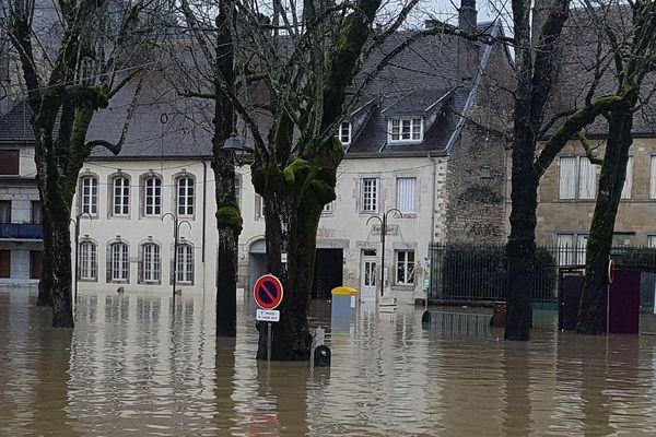La ville d'Ornans sous les eaux ce lundi 22 janvier.