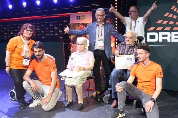 Les vainqueurs du trophée des seniors, Maria et Jean-Claude, entourés des membres de l'association Silver Geek.