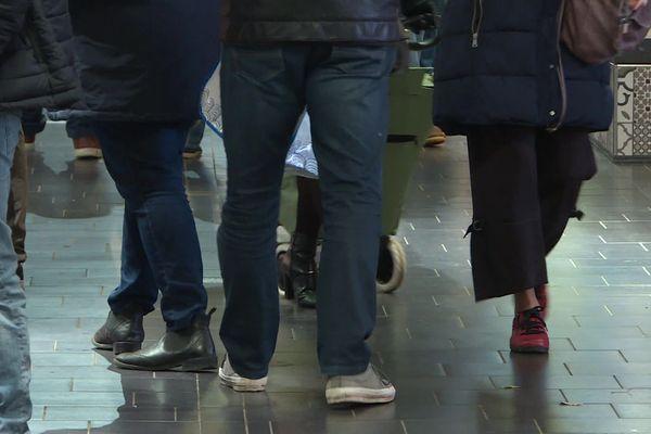 Les jours de pluie, le carrelage des Halles de Limoges peut se transformer en patinoire. La mairie traite avec un produit antidérapant.