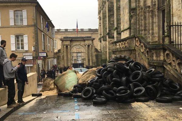 A Auch (Gers), des pneus et du fumier ont été déversés par les agriculteurs devant l'entrée de la préfecture.