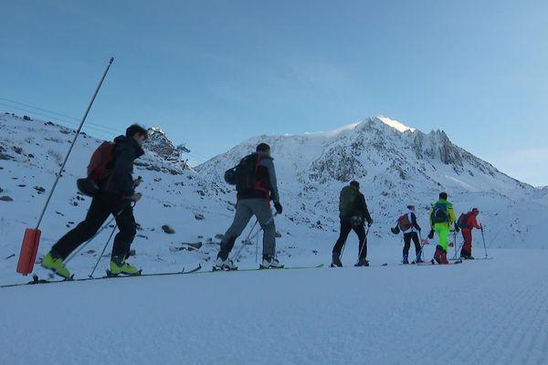 A Val Thorens, ces skieurs de randonnée s'élancent avec les conseils d'un guide de Haute-Montagne