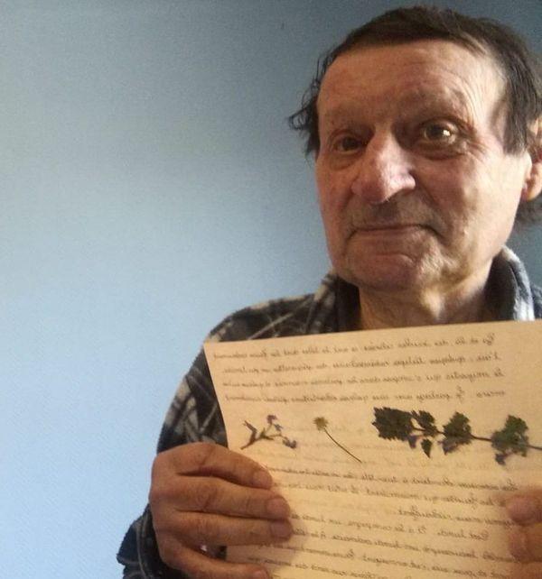 Toutes les semaines Daniel Ruinet, 81 ans, reçoit une lettre personnalisée de Nathalie, en plus des appels un jour sur deux.