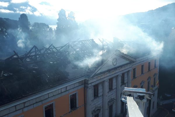 Des panaches de fumées s'échappent toujours de la toiture